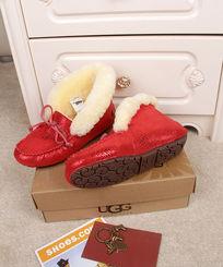大红色蜥蜴纹长毛豆豆鞋摄影