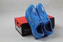 鞋盒和一对淡蓝色跑钉鞋