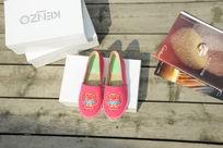 粉红色小鞋子正面拍摄