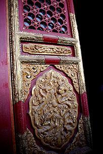 红色门窗上的镶金雕饰