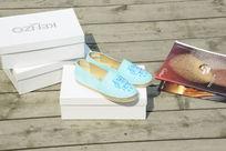 天蓝色鞋子白色盒子