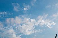 夏天蓝天淡云