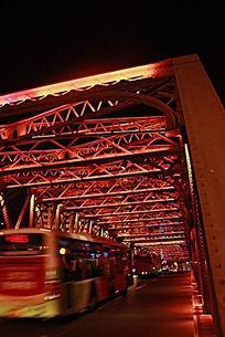 灯光密布的铁架桥和汽车