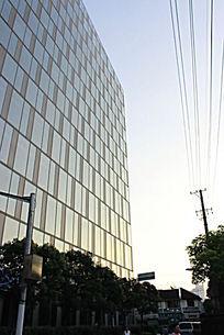 蓝天下的玻璃幕墙建筑一角