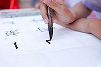 练习书法的手部特写