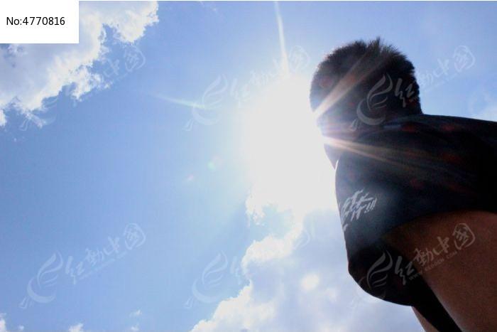 抬头仰望天空的人图片