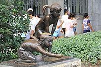 两个小孩子雕塑