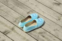 天蓝色鞋子