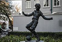 踢足球人物雕塑