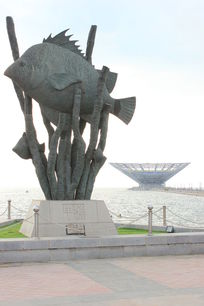 鲅鱼圈鱼和海草的雕塑图片