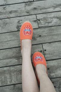 橙色休闲鞋子