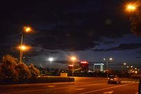 康巴什夜晚的路上汽车
