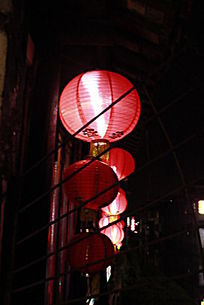 客栈门前挂着的红灯笼