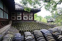 苏博灰瓦坡屋顶与窗户