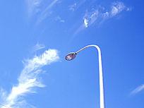 天空里干净的路灯