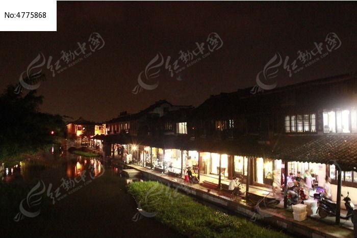 夜晚灯光明亮的街道图片