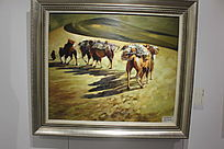 沙漠中行走的骆驼图片