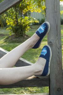蓝色布鞋上脚鞋正面