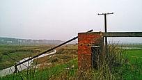乡间田野上的红砖小筑