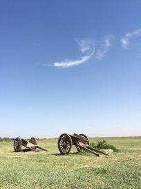 蓝天下的草原风光和木车