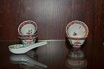 老式茶杯与勺子