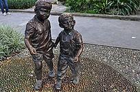 两个胖胖小孩的雕塑