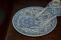 青花盘与勺子