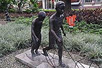 玩游戏的两个小孩雕塑