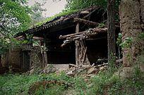 倒塌废弃的房屋