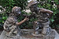 在玩猜拳游戏的两个小孩雕塑