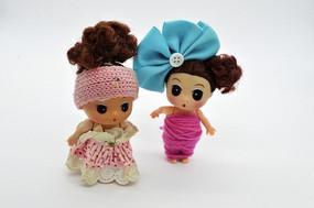 两个可爱的卡通娃娃