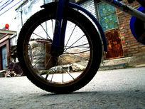 屋前的自行车轮胎