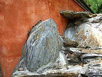 红墙边的石头纹理
