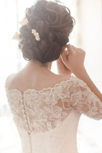 配带耳饰的新娘