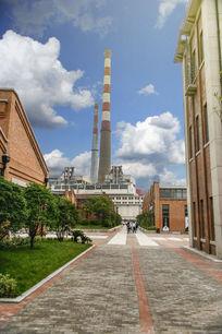 现代化整洁的工厂与烟囱