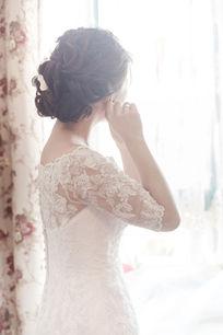 新娘在窗前
