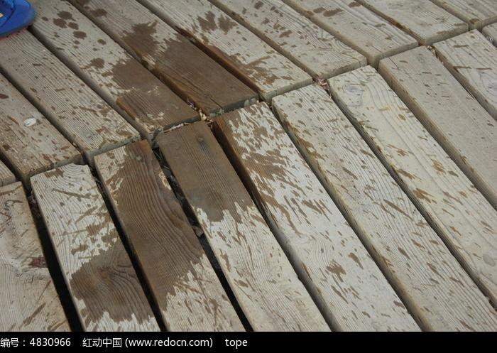 水溅在木板上的图片