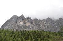 高耸入云的大山