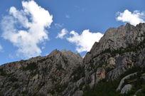 蓝天白云下的神山