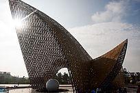 逆光下广场上的大型艺术造型