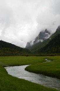 神山下蜿蜒的溪流