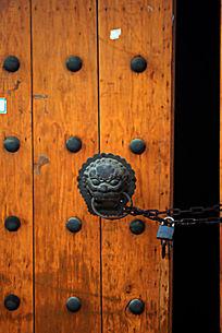 栓锁的大门