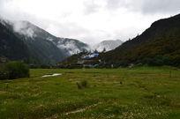 远眺草原和神山