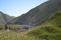 草坡下的藏族民居