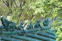 绿色琉璃瓦檐上的瑞兽