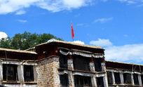 飘荡着中国国旗的藏族商铺