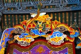财神殿悬刻的金龙雕塑