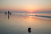 海上日出海边游人