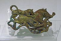 鎏金二豹噬猪铜扣饰