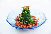 蓝色玻璃盘里的菠菜花生米